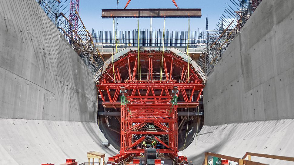 Smithland Hydroelectric Power Plant - The fully assembled units comprising of formwork units and raised formwork are lifted by crane into the concreting position.