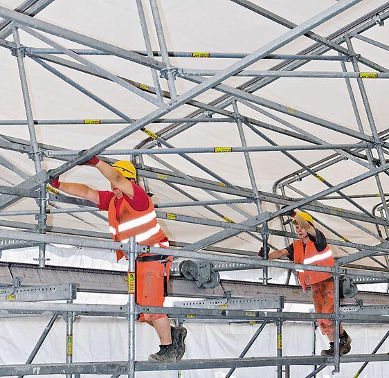 Die Dachelemente können mittels Fahrwerk in Längsrichtung verschoben werden, damit z. B. Material eingehoben werden kann.