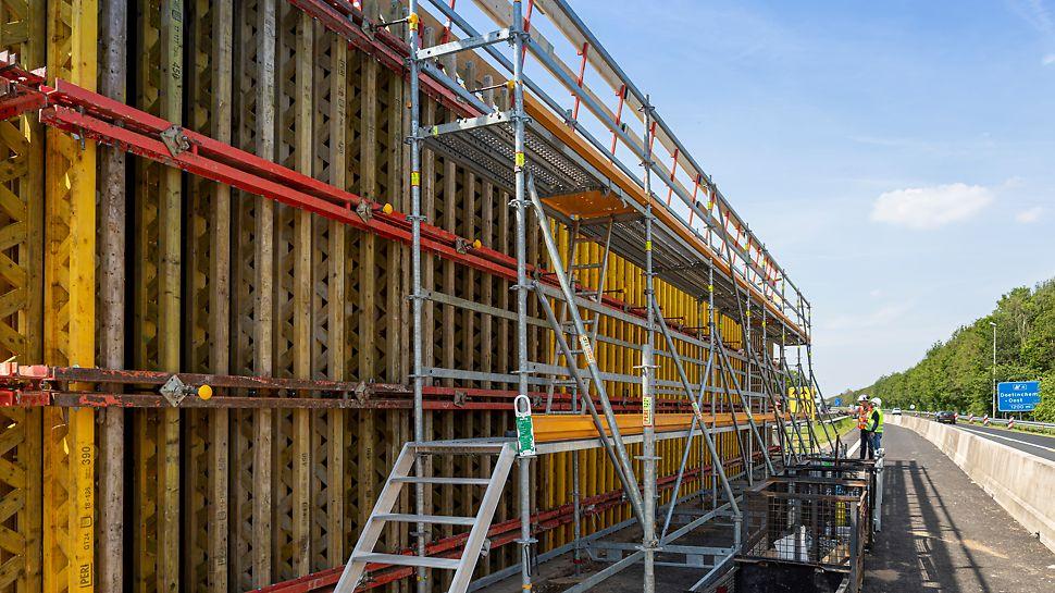 PERI UP Flex vlechtsteiger met rugleuningen voor een veilige werkplek op hoogte. Alle benodigde veiligheidsvoorzieningen zijn hierbij in acht genomen.