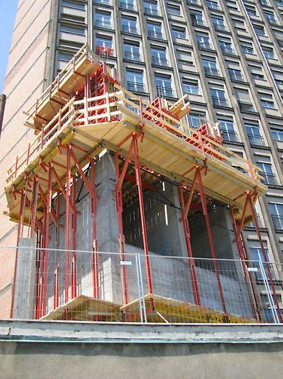 Progetti PERI, Ospedale CTO, Torino: per i vani interni sono state utilizzate le piattaforme di ripresa BR come piano d'appoggio delle casseforme e come superficie per il deposito di attrezzature e materiali, con un carico di servizio dell'impalcato di calpestio di 1,50 kN/m²