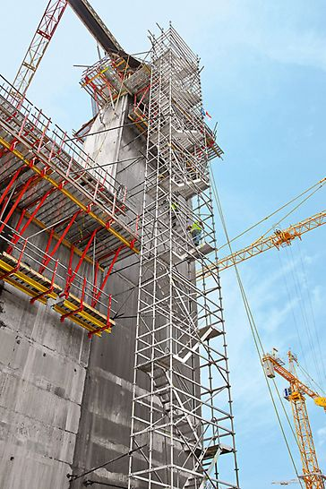 Lock facilities, Panama Canal, Panama - The PERI systems used have been optimally adapted to suit site requirements and also include the integration of safe access means such as the PERI UP scaffold staircase.