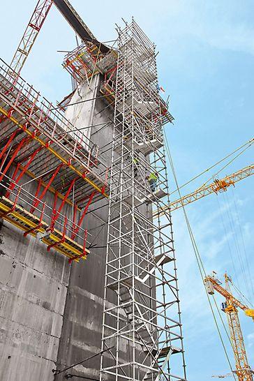 Tercer juego de esclusas del Canal de Panamá -  El uso de sistemas adaptados óptimamente a los requisitos de la obra también prevé montar accesos seguros como la escalera de andamio PERI UP.