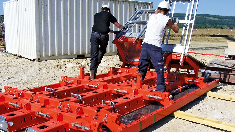 RUNDFLEX Plus Κυκλικός μεταλλότυπος: Οι πλατφόρμες εργασίας τοποθετούνται με ασφάλεια στα οριζόντια τοποθετημένα πανέλα. Οι προ – συναρμολογημένες πλατφόρμες είναι κατάλληλες για όλες τις ακτίνες.