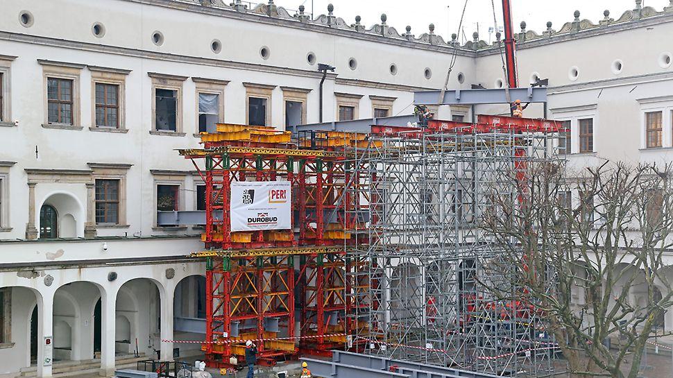 Zabezpieczenie miejsca katastrofy w Zamku Książąt Pomorskich za pomocą rusztu opartego na wieżach wysokonośnych PERI VST - widok od strony dziedzińca