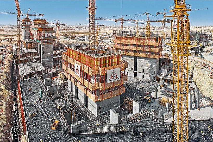 Die Träger-Wandschalung in Kombination mit dem RCS Schienenklettersystem beim Bau von Aufzug und Treppenhausschächten eines Hochhauses.