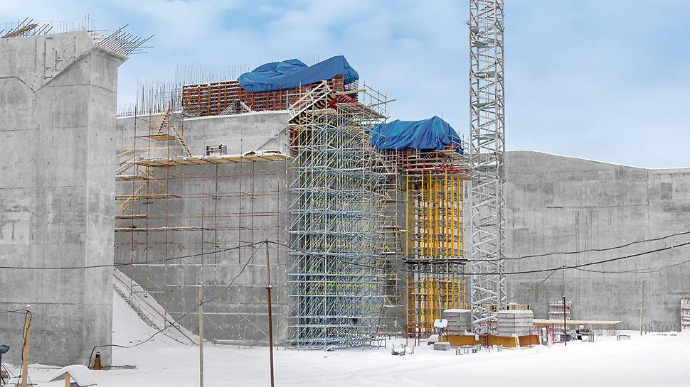Die massiven Stahlbetonpfeiler weiten sich im Kopfbereich aus. MULTIPROP und PERI UP tragen die hohen Lasten aus großer Höhe zuverlässig in den Untergrund ab.