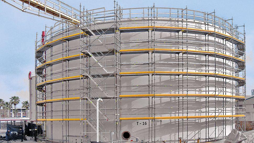 Pyöreän säiliön telineen kolmiosainen sivusuojaus on toteutettu järjestelmän vakio-osilla.