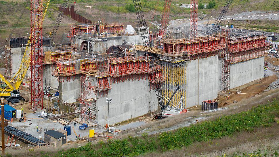 Vodní elektrárna Smithland: Na stěny elektrárny byl nasazen šplhavý systém SCS. Zatížení z nesepnutého bednění tak bylo přenášeno konzolami přímo do kotev osazených v předešlém záběru.