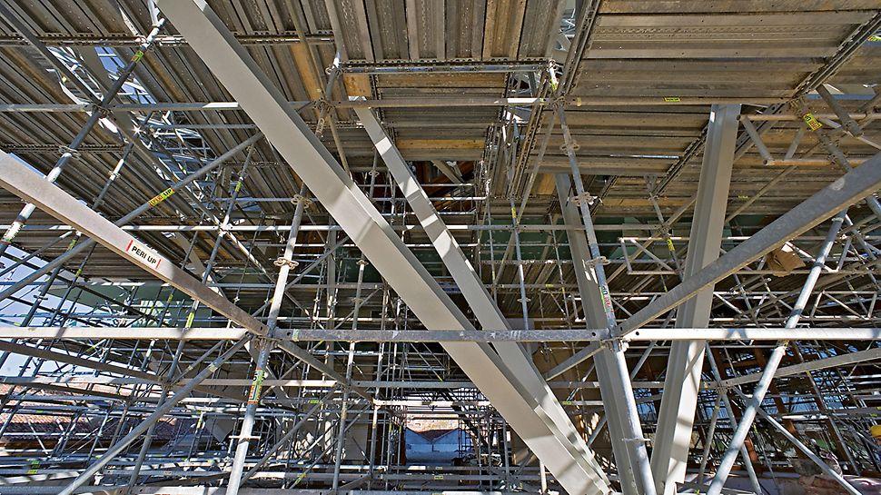 Hotel Marques de Riscal, Elciego, Spanien - Auf der Basis eines Gerüstrasters von 2 m x 2 m boten die PERI UP Gerüstbeläge in allen Höhenlagen sichere und tragfähige Arbeitsebenen.