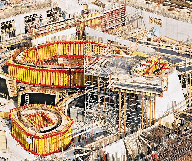 Iskošeni armirano-betonski stubovi različitog poprečnog preseka i promenljivih radijusa realizovani su pomoću, po meri izrađenih VARIO GT 24 elemenata.