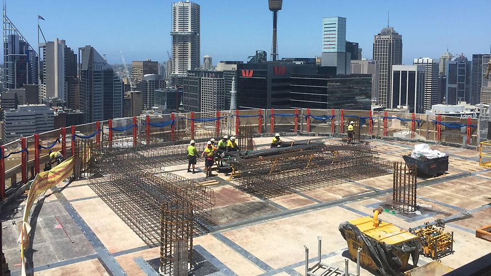 Barangaroo South, Sydney - Über 700 lfm PERI LPS Einhausung sichern und beschleunigen die Bauarbeiten an den drei Hochhaustürmen – bis zur endgültigen Höhe von 217 m.