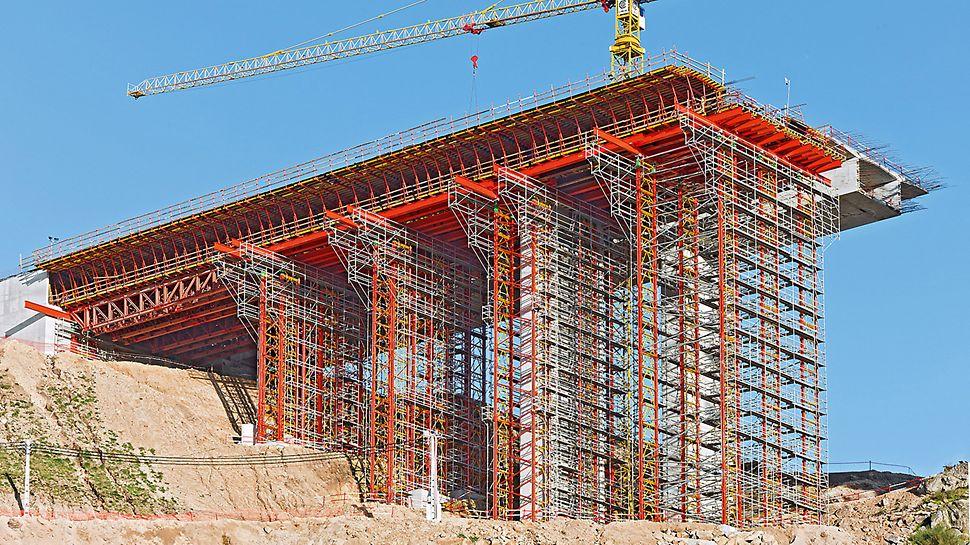 Dálniční most přes Rio Sordo: Až 30 m vysoké vysokopevnostní věže VARIOKIT slouží jako skruž při výstavbě krajních polí mostu. Jeden sloupek v tomto případě přenese zatížení cca 600 kN.