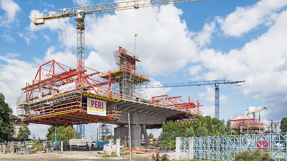 Řešení PERI VARIOKIT pro letmou betonáž je kombinací únosných rámů z ocelových uzavřených profilů pro odvedení zatížení a standardních dílů VARIOKIT pro vytvoření bednění, pracovního lešení, plošin a přizpůsobení tvaru průřezu.