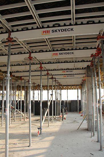 A 2. emelettől felfelé szintenként 1.200 négyzetméter födém készült SKYDECK födémzsaluzattal, 15 napos ciklusokban.