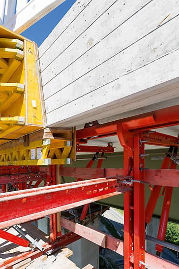 Zur Herstellung beider Gesimskappen am südlichen Brückenbauwerk werden zwei Gesimskappenbahnen auf Basis des VARIOKIT Ingenieurbaukastens eingesetzt.