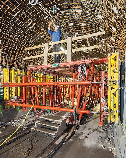 Starý labský tunel: Bednicí vůz pro bednění stěn slouží jako pracovní plošina pro armovací a instalační práce.