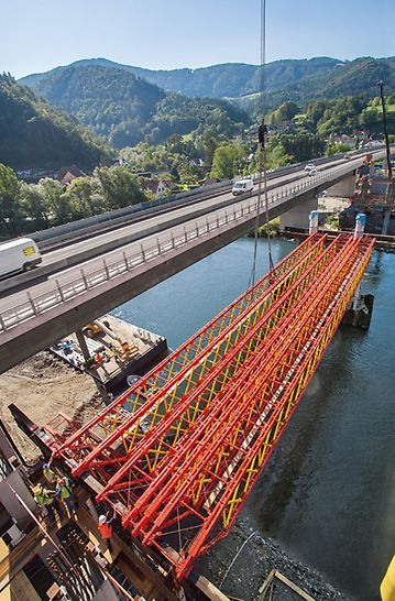 Most Frohnleiten preko rijeke Mure - za izvođenje visokih opterećenja preko gotovo 40 m raspona raspored i razmaci konzolnih spojnih elemenata fleksibilno se utvrđuju u metričkom rasteru.