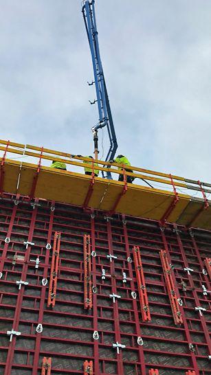 TRIO Støbeplatforme for god arbejdsrum i stor højde. Begge sider for optimal ergonomi under vibrering af betonen.