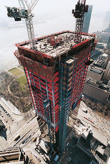 Trump World Tower III, New York, USA: Plným zakrytím všech úrovní lávek bylo docíleno zabezpečení personálu proti pádu z výšky.