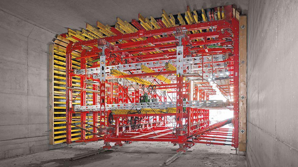 Un alignement de poutres primaires HD200 supporte le coffrage de la dalle et fait office de structure de support pour le coffrage du voile. Les étais disposés à l'horizontale assurent le transfert des charges durant le bétonnage.