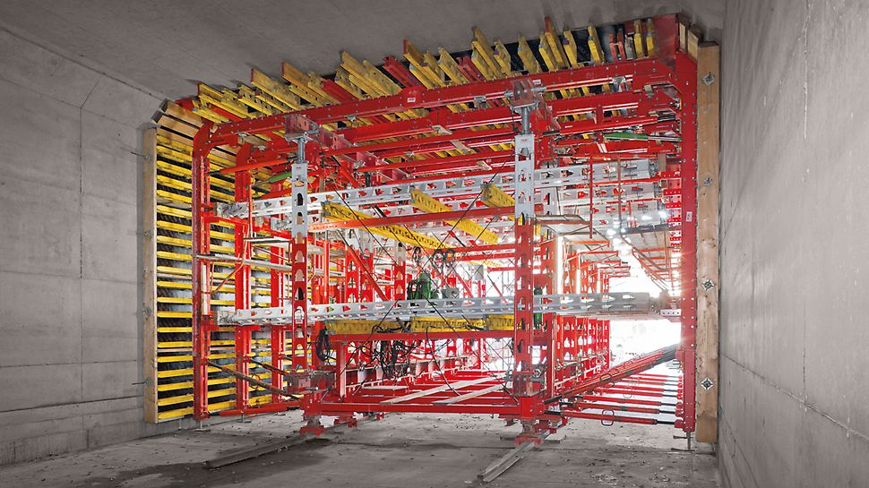 An HD 200 main beam tract carries the slab formwork, and serves as a suspension structure for the wall formwork. The horizontally arranged props ensure transfer of loads during concreting.