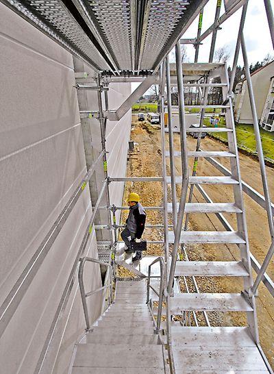 Hliníkové schodiště PERI UP Rosett Flex 75: Montáž čelních schodišťových sestav umožňuje přístup k jakékoli úrovni podlaží.