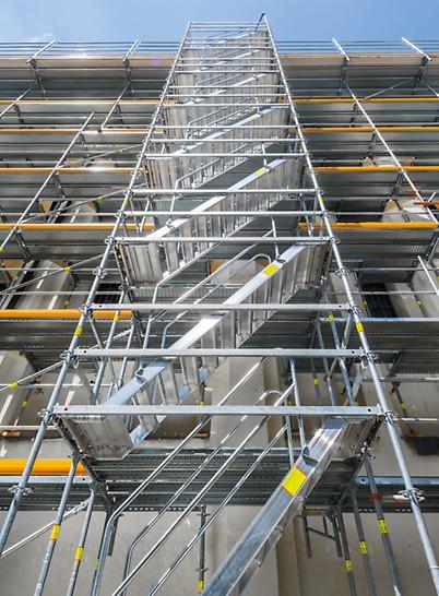 PERI UP Flex Treppe Alu 75: Durch den Anbau stirnseitiger Treppeneinheiten kann jede Geschossebene erreicht werden.