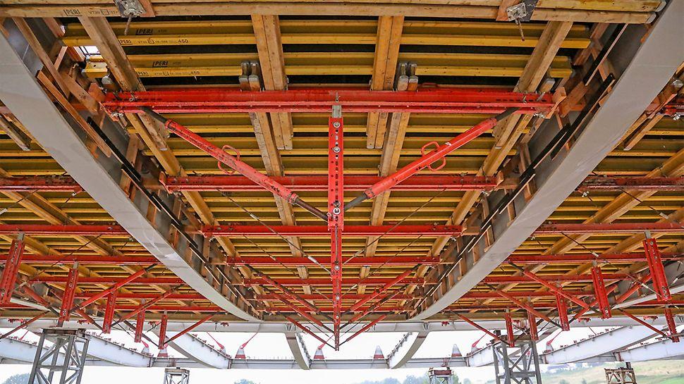 Lekkie dźwigary główne VARIOKIT o rozpiętości osiowej 5,0 m podwieszone do poprzecznic pozwoliły na wykonanie płyty pomostu zgodnie z wymaganiami wykonawcy.