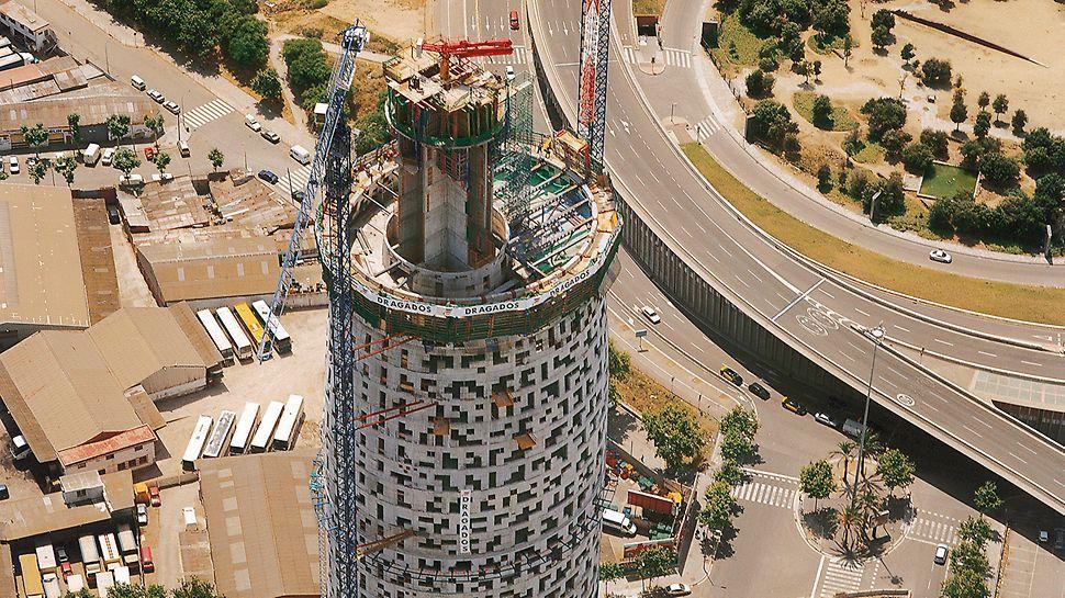 Torre Agbar, Barcelona, Spanien - Die Kernumfassungswand ist fertig gestellt, die Aufzugsschächte werden noch bis über die 35. Etage nach oben gezogen.