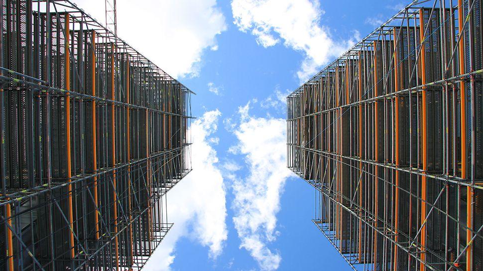 Pylonien ympärille rakennettiin työtelineet PERI UP Rosett Flex -telineestä, joilta käsin  asennettiin teräslohkot sekä vinoköydet.