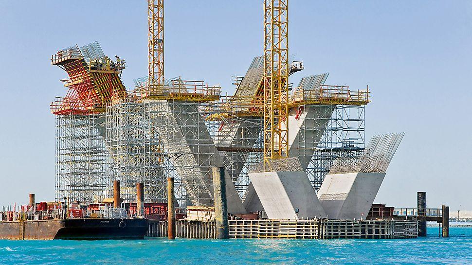 """Most Sheikh Khalifa, Abu Dhabi, Ujedinjeni Arapski Emirati - PERI rješenje oplate i skele omogućilo je preciznu izvedbu 20 m visokih pojedinačnih podupirača """"trojki"""" stupova u obliku slova """"V"""" s nagibom 27,45°."""
