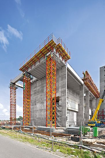 These 23,60 m high heavy-duty shoring towers each carry loads of over 200 t. 10 m high tower sections were pre-assembled which accelerated the construction process.