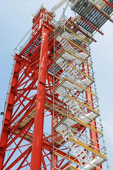75 cm breite Alu-Treppenläufe sorgten für schnelles und sicheres Erreichen der PERI UP Hängegerüstplattformen.