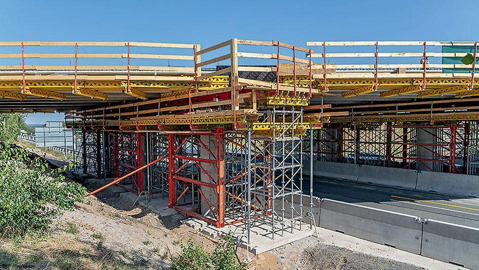 Stavba mostu přes dálnici D10, Zápy