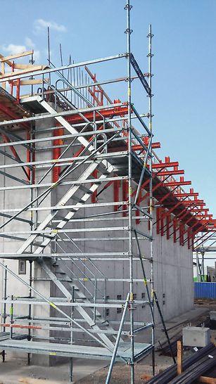 Riadiace stredisko Duslo Čpavok 4, Šaľa - Debnenie atiky zo systému VARIOKIT a schodisková veža PERI UP Rosett