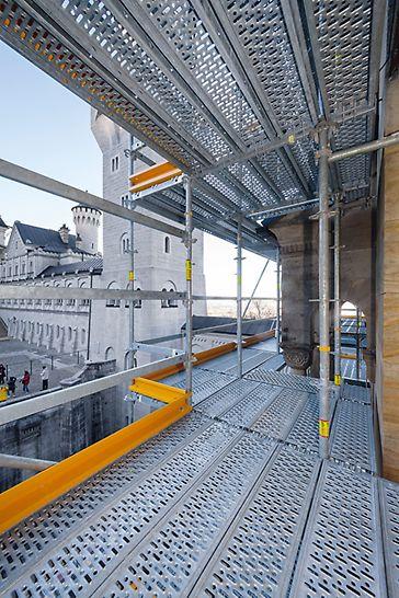 Zámek Neuschwanstein: Rychlá montáž a zároveň vysoká bezpečnost při používání lešení vzhledem k maximálnímu využití systémových dílů lešení.