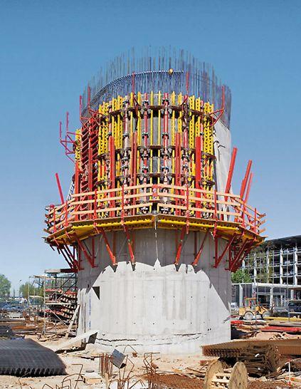 Utilisation de coffrages RUNDFLEX sur consoles d'échafaudage grimpant lors de la construction d'un pont.