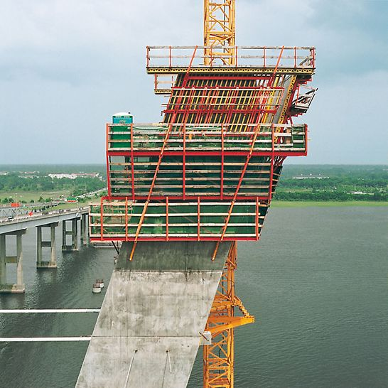 Arthur Ravenel Jr. Bridge, Charleston, USA - Das ACS Selbstklettersystem hebt 4 Arbeitsebenen gemeinsam mit der Schalung kranunabhängig in die Höhe.
