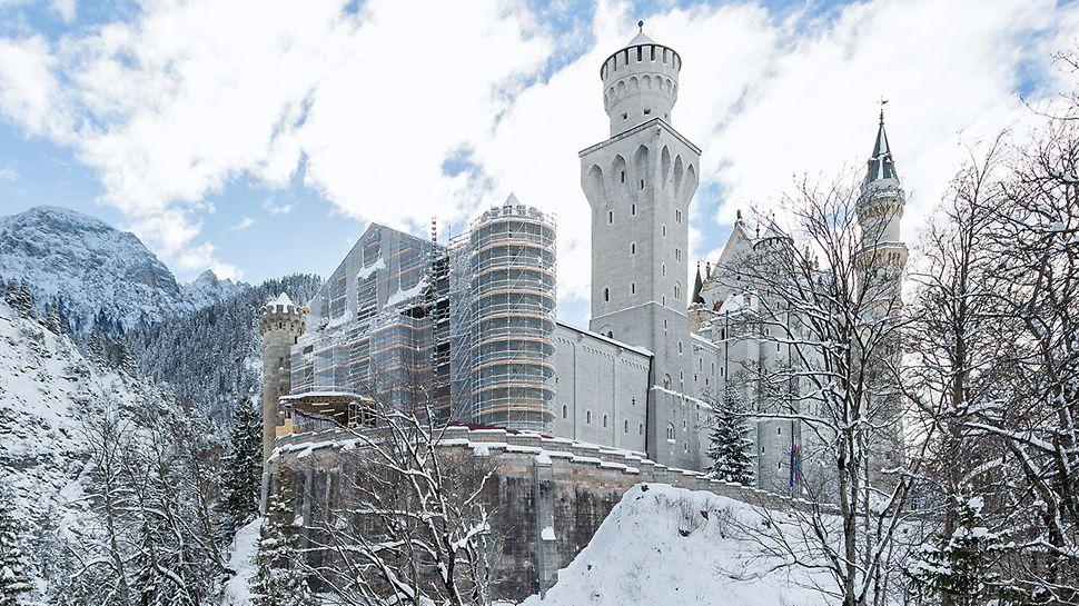 Castello di Neuschwanstein: l'impalcatura di servizio e di protezione è stata realizzata con il sistema modulare PERI UP Flex: questa soluzione ha permesso di adattare il ponteggio alle forme architettoniche utilizzando componenti di sistema, con incrementi dimensionali di 25 cm