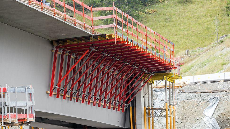 La consola para alas se utiliza en puentes mixtos de hormigón-acero o puentes prefabricados de hormigón, para hormigonar zonas de borde o la superestructura del puente.