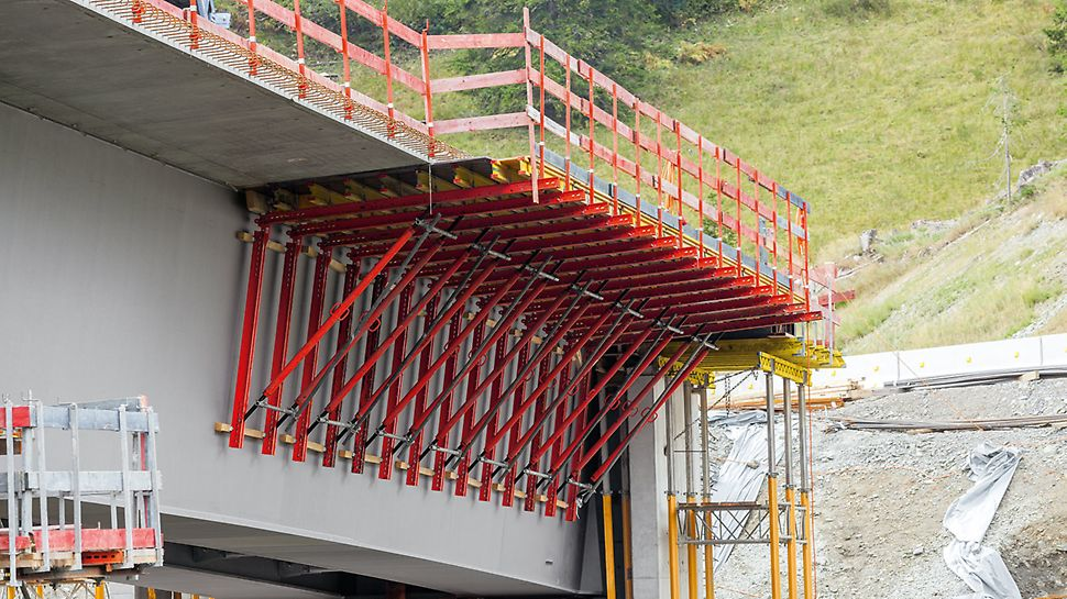 The Cantilever Bracket is used in steel composite or precast concrete bridges in order to concrete the edge areas of the bridge superstructure.