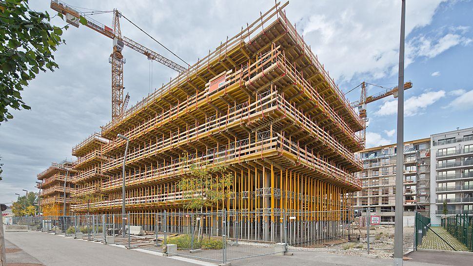 Nordbahnhof, Viedeň - PERI riešenie pre obvodové balkóny s debnením MULTIFLEX a stojkami MULTIPROP zároveň slúžilo ako pracovné lešenie.