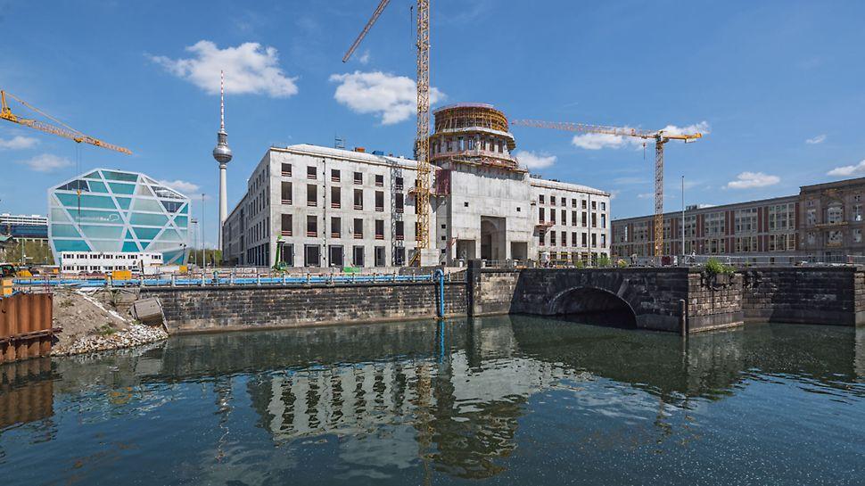 """Městský zámek """"Humboldt-Forum"""", Berlín: Nasazení fasádního lešení pro práci na hrubé stavbě nahradilo řešení PERI se šplhavými lávkami CB na vnějších stranách stěn. Kruhové železobetonové stěny pod kupolí byly obedněny s pomocí kruhového bednění RUNDFLEX společně se sklápěcími lávkami FB 180."""