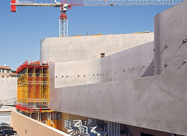 MAXXI - Museo nazionale delle arti del XXI secolo, Rome, Italy - By covering the VARIO elements with large-sized PERI Fin-Ply formlining, excellent concrete surfaces were achieved.
