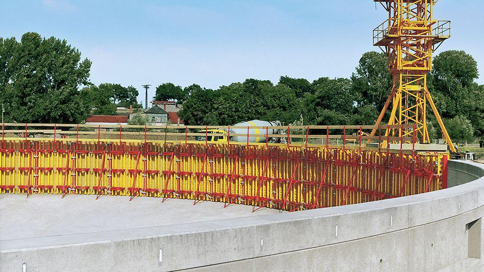 3.60 m augsti RUNDFLEX veidņu paneļi notekūdeņu attīrīšanas rezervuāra betonēšanai. Konstrukcijas rādiuss ir 13.76 m.