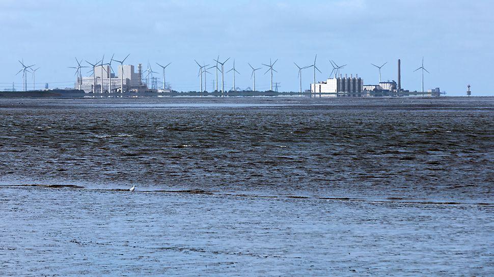 Centrala electrică Eemshaven, Olanda - Centrala electrică Eemshaven (în stânga) joacă un rol important în modernizarea și garantarea furnizării de electricitate în Olanda – împreună cu utilizarea energiei solare și a energiei eoliene.