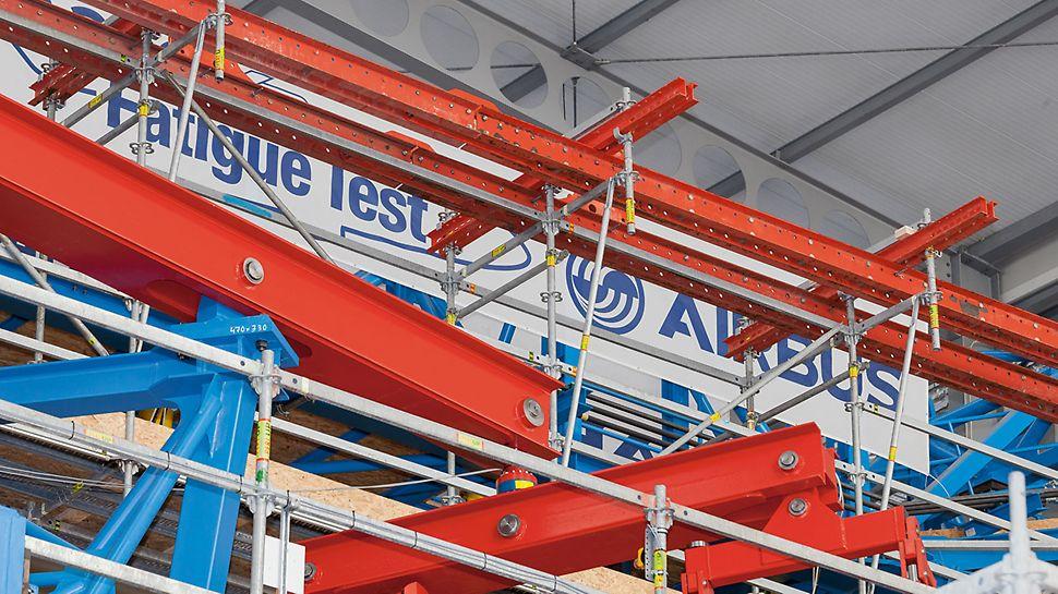 Pracovní lešení pro kontrolní stanoviště airbusu A350 XWB: Ideální kombinace systémů: pro přemostění nosných ploch byly zavěšeny prvky PERI UP, šplhavé konzoly RCS a další systémové díly ze stavebnice pro inženýrské stavby VARIOKIT.