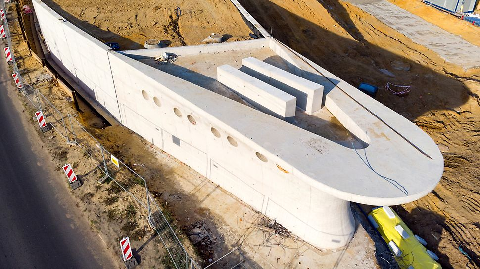 Kadłub statku w połączeniu z pozostałą częścią obiektu urealnia wyobrażenia architekta, stawiając zamierzenia budowlane na najwyższym poziomie inżynierskim, tym samym nowy obiekt podnosi jakość w otaczającej ją przestrzeni i środowisku.