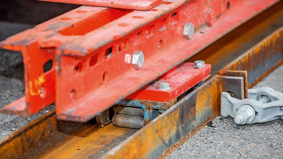The cantilevered parapet carriage being moved a heavy-duty roller. Kantdragervognen flyttes ved bruk av panserruller