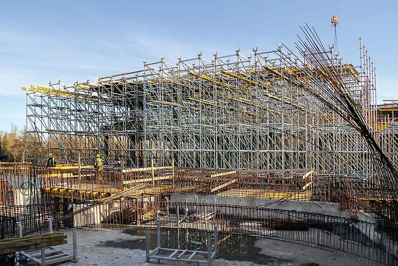 Az aula zárófödémének PERI UP Flex teherhordó állványzata, mely összesen 7.000 légköbmétert tett ki.